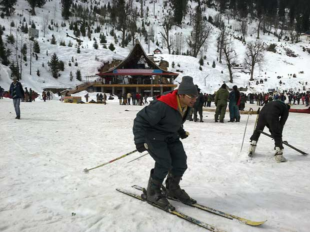 Manali weather in all months of year for required woolen for Warm destinations in march