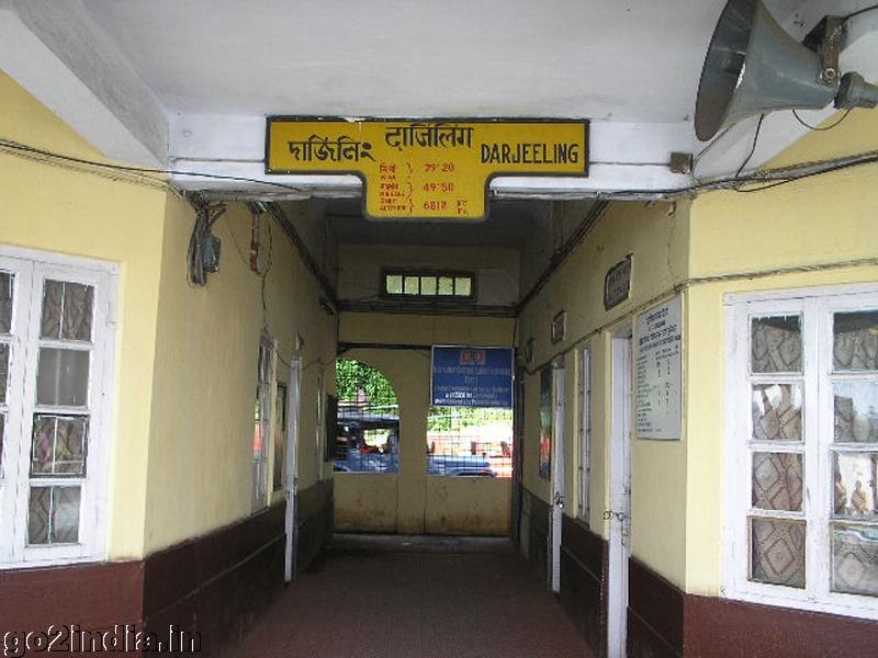 how to go darjeeling from kolkata by train